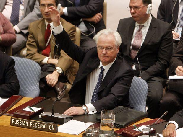 Vitaly Churkin, representante russo no Conselho de Segurança, ergue o braço sinalizando veto contra resolução sobre a Síria