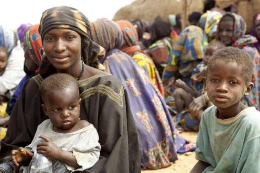 Família malinesa num campo de refugiados. O conflito no país africano já produziu mais de meio milhão de refugiados que ameaçam desestabilizar países vizinhos.