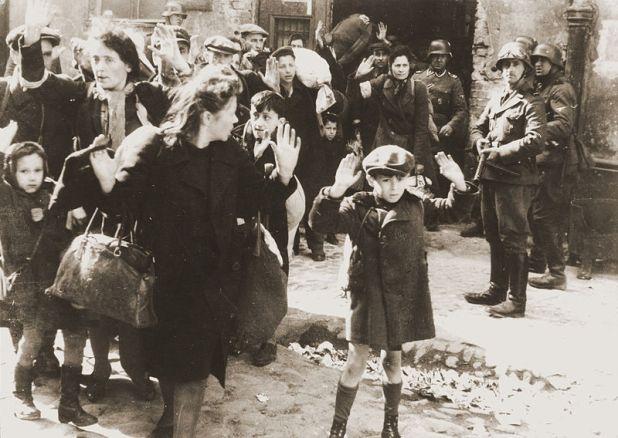 Esta fotografia é de 1943, durante a repressão nazista contra o levante no Gueto de Varsóvia, criado em 1940 para isolar a população judaica de Varsóvia, na Polônia. Em torno do gueto os nazistas construiram um muro, segregando completamente os judeus. Esta foi uma liçao bem aprendida pelos sionistas, que desde 1948 praticam os memos crimes contra os palestinos, como comprovam o bloqueio à Gaza, a construção do muro do aparthaid na Cisjordânia e a política segregacionista.