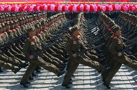 Esquizofrenia: a Coréia do Norte consome 40% de seu PIB para manter e equipar seu exército. No entanto, depende de ajuda internacional para alimentar seu povo e mais de 6 milhões de coreanos estão prestes a morrer de fome.