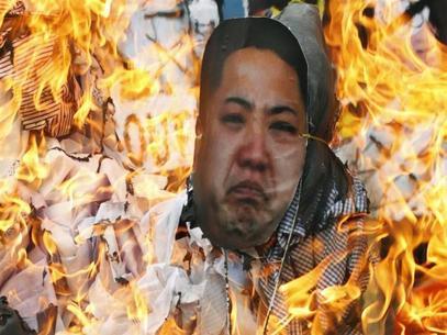 Sul-coreanos protestam contra a Coreia do Norte e queimam um boneco de Kim Jong-un no centro de Seul.