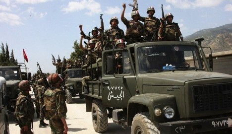 Tropas do exército sírio comemoram a vitória em Al-Quseir