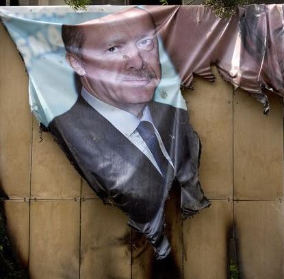 Pôster com foto do premier turco, Recep Tayyip Erdogan, queimado durante protesto antigoverno em Istambul