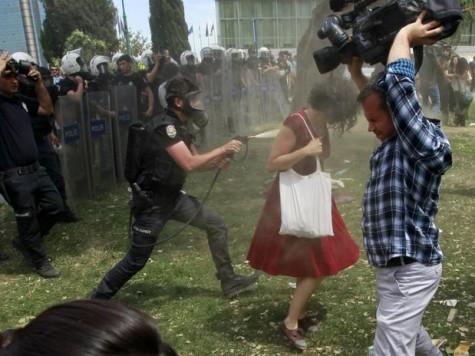 """A """"mulher de vermelho"""" atingida por gás lacrimogêneo tornou-se símbolo das jovens turcas ."""