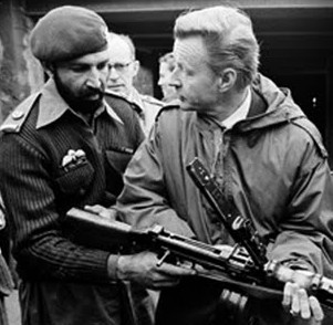 """Osama bin Laden, ou """"Tim Osman"""", como era conhecido pela CIA, com Zbigniew Brzezinski, conselheiro de Segurança Nacional dos EUA."""