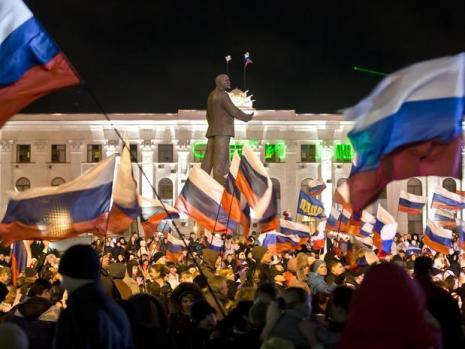 Mais de vinte mil pessoas se reuniram na noite de domingo na praça de Lênin de Simferopol, capital da república separatista da Crimeia, para festejar a vitória da reunificação com a Rússia no referendo Foto: AP