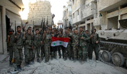 Soldados do Exército Árabe da Síria comemoram a conquista de Homs