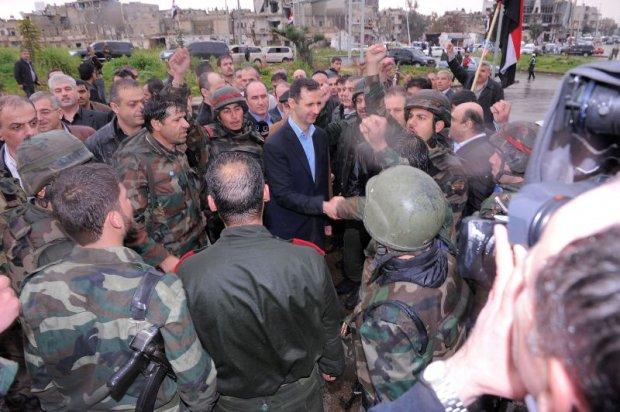 O presidente Bashar al-Assad visita o bairro de Baba Amr, antigo reduto rebelde na cidade de Homs