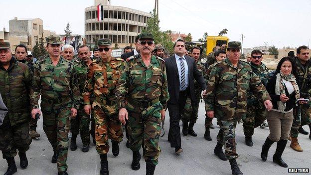 Oficiais do Exército Árabe da Síria caminham em Yabroud logo após sua  libertação. (17/03/2014)