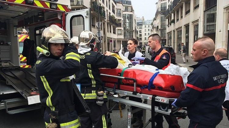Ferido é retirado da redação do Charlie Hebdo. Ataque que deixou 12 mortos e 11 feridos foi motivado pela publicação de charges ofensivas ao Islã. Revista satírica representa bem o que é a França hoje: uma piada de mau-gosto.