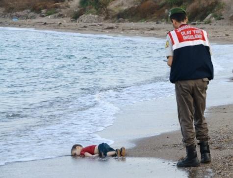 2set2015---soldado-turco-fica-ao-lado-de-corpo-de-crianca-que-morreu-afogada-em-uma-tentativa-de-chegar-a-ilha-grega-de-kos-em-bodrum-na-turquia-1441209526848_615x470