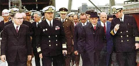 O ditador da Romênia Comunista Nicolae Ceausescu (segundo da direita para a esquerda) e logo atrás o Ten. Gen. Ion Mihai Pacepa.