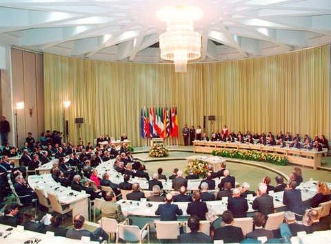 Em sete de fevereiro de 1992 na cidade holandesa de Maastricht, foi assinado pelos doze países da Comunidade Europeia o Tratado de Maastricht, também conhecido como Tratado da União Europeia