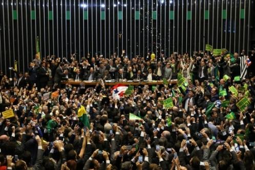 Deputados comemoram a admissibilidade do impeachment contra a presidente Dilma Roussef depois de conseguirem o 342º